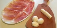 Prosciutto di San Daniele Prolongo affettato su tagliere e formaggio caprino